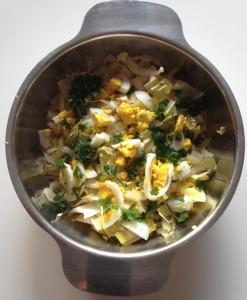 Chicons en salade avec des oeufs frais et du persil